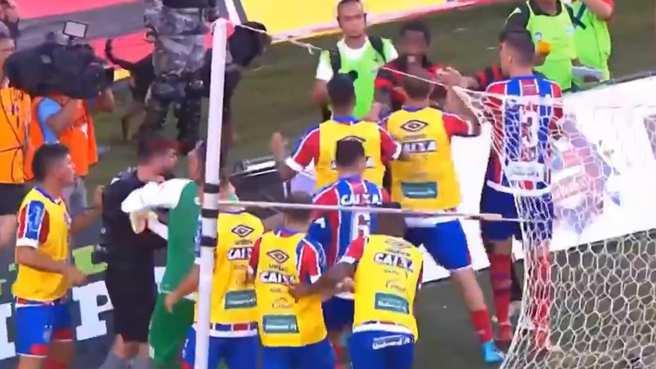 Vitoria - Bahia arasinda oynanan macta saha karıştı